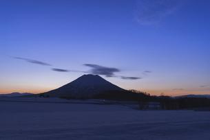 夜明けの羊蹄山(ニセコ町から)の写真素材 [FYI04816205]