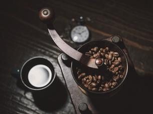 コーヒーとコーヒーミルの写真素材 [FYI04816282]