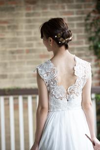 ウェディングドレスを着ている女性の後ろ姿の写真素材 [FYI04816297]