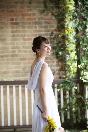 ウェディングドレスを着て笑っている女性の写真素材 [FYI04816308]