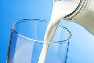 ガラスのコップに牛乳を注ぐの写真素材 [FYI04816332]