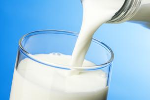 ガラスのコップに牛乳を注ぐの写真素材 [FYI04816333]