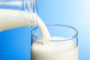 ガラスのコップに牛乳を注ぐの写真素材 [FYI04816334]