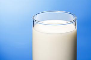 コップいっぱいの牛乳の写真素材 [FYI04816335]