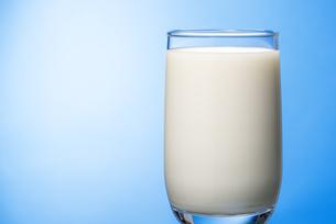 コップいっぱいの牛乳の写真素材 [FYI04816336]