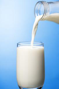 ガラスのコップに牛乳を注ぐの写真素材 [FYI04816338]