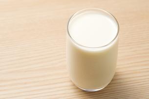 コップいっぱいの牛乳の写真素材 [FYI04816349]