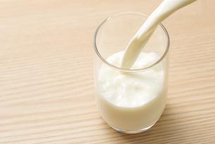 ガラスのコップに牛乳を注ぐの写真素材 [FYI04816350]