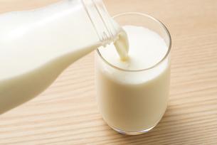 ガラスのコップに牛乳を注ぐの写真素材 [FYI04816351]