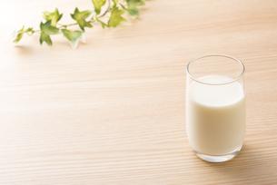一杯の牛乳の写真素材 [FYI04816359]