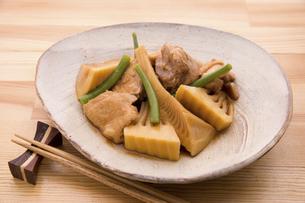 筍と鶏肉の煮物の写真素材 [FYI04816497]