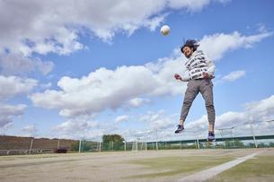 ヘディングをするスポーツマンの写真素材 [FYI04816538]