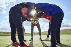 円陣を組む5人のスポーツマンの写真素材 [FYI04816555]