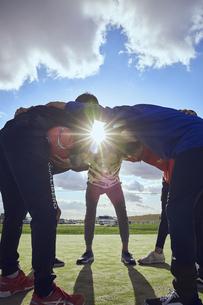 円陣を組む5人のスポーツマンの写真素材 [FYI04816556]