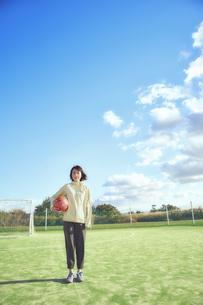 ボールを抱える女子サッカープレイヤーの写真素材 [FYI04816580]