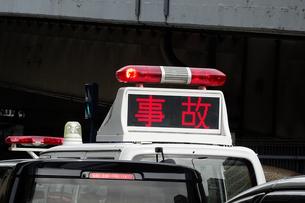 交通事故処理のパトカーの写真素材 [FYI04816594]