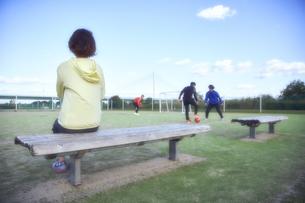 サッカーの試合を見学するマネージャーの写真素材 [FYI04816595]