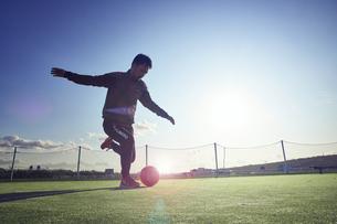 ボールを蹴ろうとする選手の写真素材 [FYI04816624]