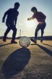 ボールを追う2人の選手の写真素材 [FYI04816626]