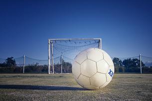 コートにあるサッカーボールとゴールネットの写真素材 [FYI04816629]