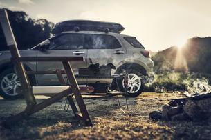 ソロキャンパーの焚き火と椅子と車の写真素材 [FYI04816719]