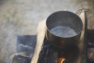 焚き火でお湯を沸かすの写真素材 [FYI04816736]
