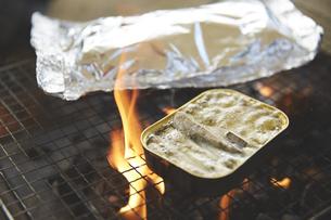 炭火で調理したホイル焼きと缶詰の写真素材 [FYI04816740]