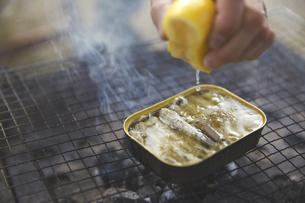 缶詰にレモンを絞るの写真素材 [FYI04816743]