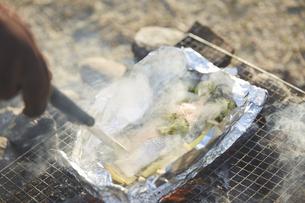 ホイル焼きのアルミホイルを開くの写真素材 [FYI04816744]