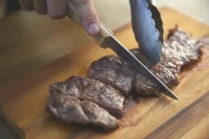 ステーキをカットする男性の手元の写真素材 [FYI04816750]