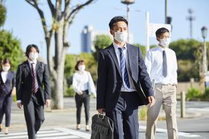 マスクをして通勤をする会社員の写真素材 [FYI04816827]
