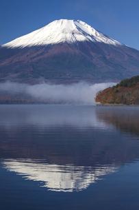 山中湖からの逆さ富士の写真素材 [FYI04816838]