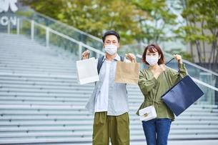 マスクをつけて買い物をする男女の写真素材 [FYI04816880]