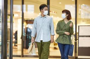 マスクをつけて買い物をする男女の写真素材 [FYI04816881]