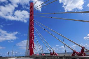 沖縄 海中道路 平安座海中大橋(へんざかいちゅうおおはし)の写真素材 [FYI04816892]