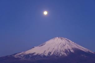 静岡県 月と富士山の写真素材 [FYI04817011]