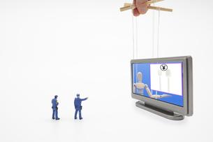 プラスチックのフォークの有料化を呼びかけるデッサン人形を指差す警察のミニチュア人形の写真素材 [FYI04817057]
