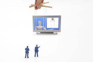 プラスチックのフォークの有料化を呼びかけるデッサン人形を指差す警察のミニチュア人形の写真素材 [FYI04817365]