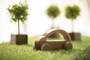 グリーン・エネルギー~木製の車とグリーン~の写真素材 [FYI04817701]