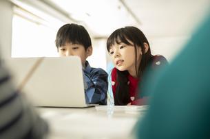 ICT教育 パソコンを見る男の子と女の子の写真素材 [FYI04817705]
