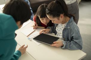 ICT教育 タブレットを見る小学生と教師の写真素材 [FYI04817711]