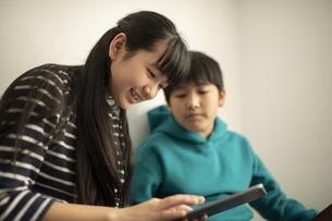 ICT教育 デジタルデバイスを活用する男の子と女の子の写真素材 [FYI04817726]