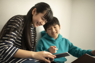 ICT教育 デジタルデバイスを活用する男の子と女の子の写真素材 [FYI04817728]