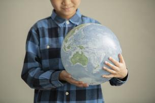 地球環境について考える小学生の写真素材 [FYI04817732]