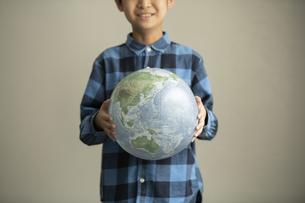 地球環境について考える小学生の写真素材 [FYI04817736]