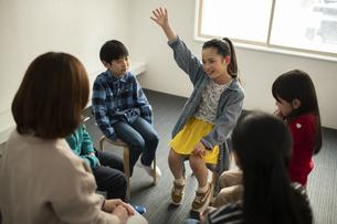 グループディスカッション 挙手する女の子の写真素材 [FYI04817749]