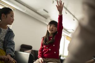 グループディスカッション 挙手する女の子の写真素材 [FYI04817750]