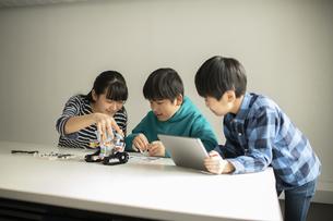 プログラミング・ロボットを組み立てる小学生の写真素材 [FYI04817762]