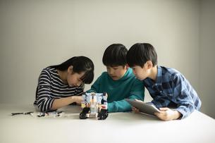 プログラミング・ロボットを組み立てる小学生の写真素材 [FYI04817763]
