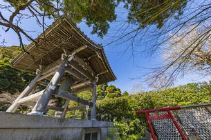 観音造立1300年を迎えた長谷寺の鐘楼とかきがら稲荷の写真素材 [FYI04817818]